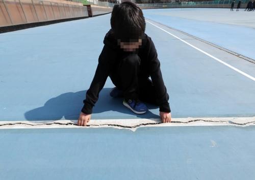 바닥 갈라진 인라인경기장…사고에도 체육회는 땜질보수만