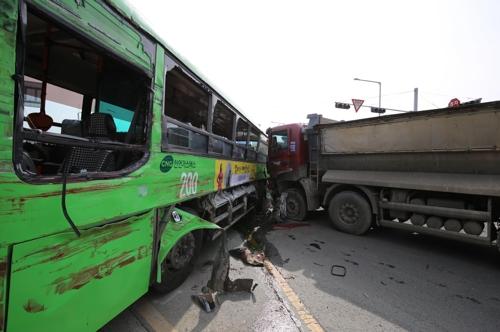 포항서 시내버스-트럭 충돌…15명 부상