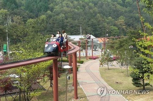 완연한 봄기운…충북 유명산·유원지에 상춘인파