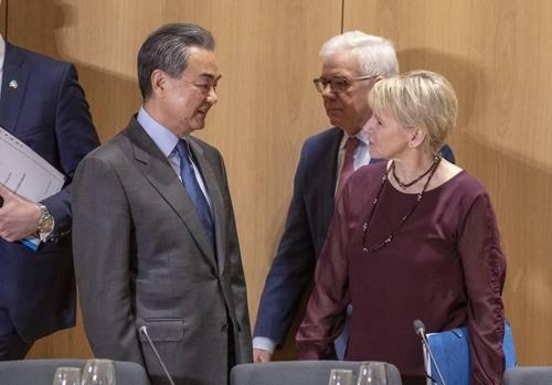 """EU·中 """"한반도 발전위해 협력""""…中외교부장, EU이사회 첫 참석"""