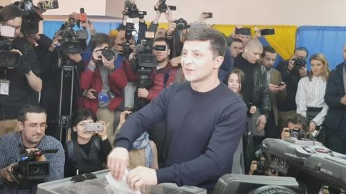 [르포] 러-서방 대결 우크라서 대선투표…봄날씨속 시민들 투표소行