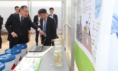 [동정] 이개호 농식품부 장관, 김제시 농기자재 업체 방문