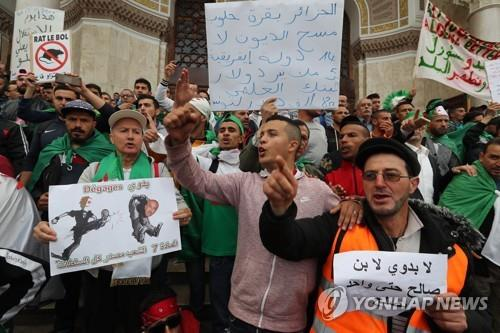 """알제리서 계속되는 반정부 시위…""""임시대통령도 물러나라"""""""