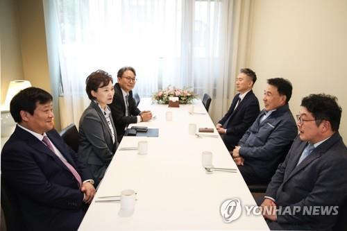 """김현미 장관 """"버스업계 근로시간 단축, 일자리 창출 기회"""""""
