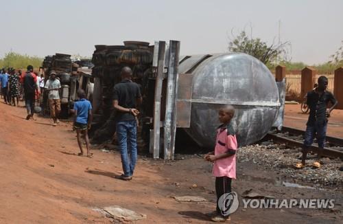 니제르서 전복된 유조차 폭발…기름 퍼담던 주민 58명 숨져