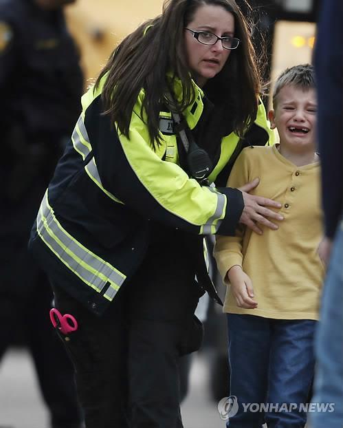 美콜로라도 학교총격, 유일한 희생자가 온몸 던져 급우들 살려(종합)