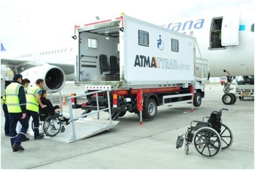카자흐 공항에 장애인 항공기 탑승용 엘리베이터 등장