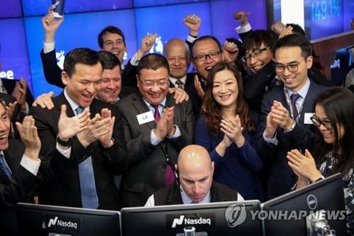 스타벅스 대항마 中루이싱커피 나스닥 데뷔…장중 47%↑