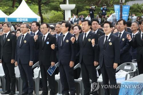 격렬 항의속 5·18 참석한 황교안, 임을 위한 행진곡 제창(종합)