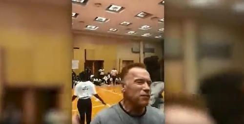 아널드 슈워제네거, 남아공 스포츠행사서 발차기 공격 당해