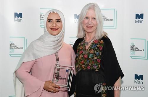 오만 작가 알하르티, 맨부커상 수상…아랍어 작품 최초