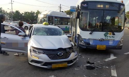 부산 자성대 교차로서 시내버스·택시 충돌 1명 부상