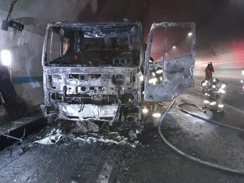 부산외곽순환도로 철마4터널서 화물차 화재…2명 연기 흡입(종합)