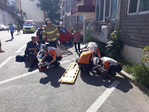 에어컨 설치기사 2명, 아파트 4층서 작업중 추락 부상