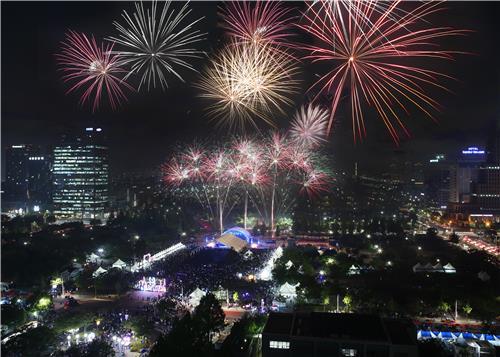 이른 더위 속 대전·충남 야간 축제장·해수욕장 붐벼