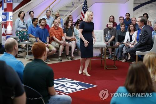 트럼프 저격수 질리브랜드, 폭스뉴스 타운홀서 총기협회 직격
