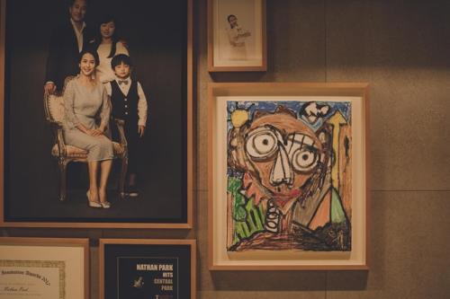'기생충' 속 아이 자화상 그린 작가는 래퍼 후니훈