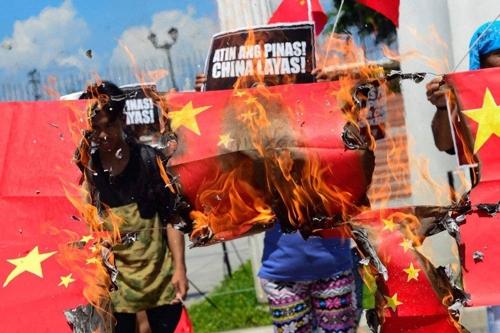 필리핀서 오성홍기 태우며 반중시위…어선 침몰사고에 항의