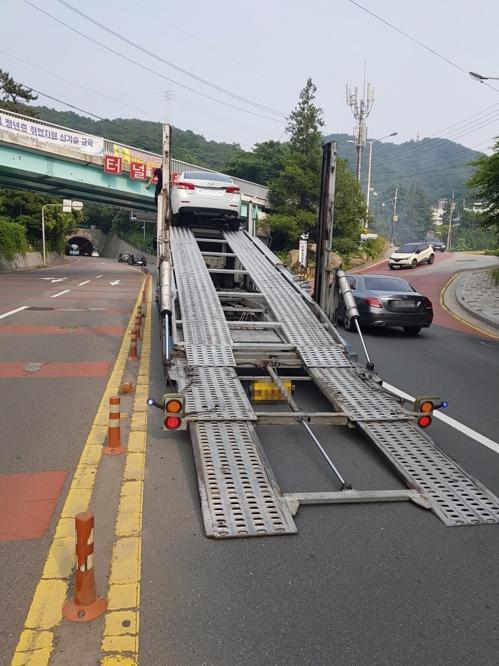 차량운송 트럭 육교에 걸려…부산 만덕터널 극심한 정체