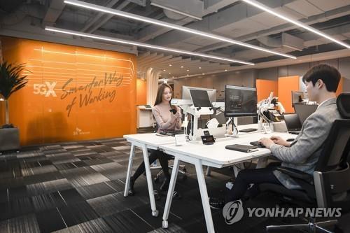 """SKT 5G 스마트오피스 찾은 5개부처 장관 """"5G로 혁신성장""""(종합)"""