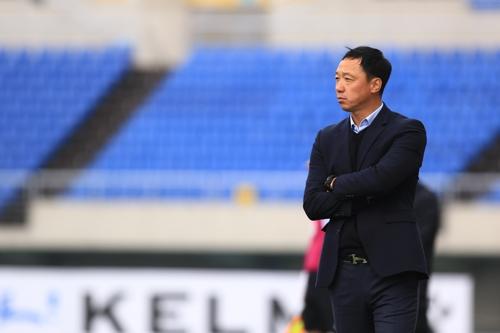 18경기 무패 광주FC 박진섭 감독, 겨울 양복 언제 벗을까