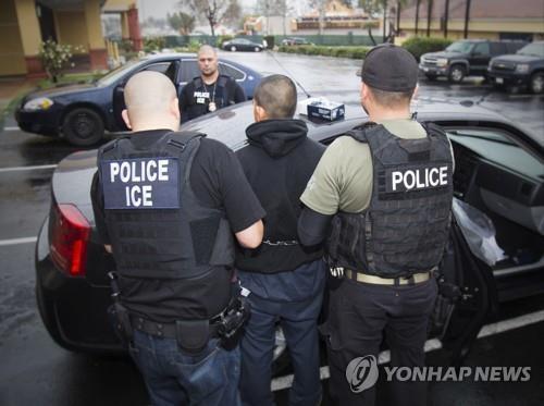 미 이민세관단속국(ICE) 요원들의 불법 체류자 체포 장면