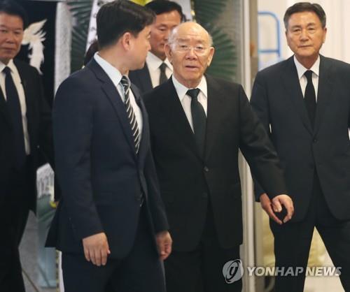 """전두환 측 """"연희동 자택은 이순자 것…공매 부당"""" 법정서 주장"""