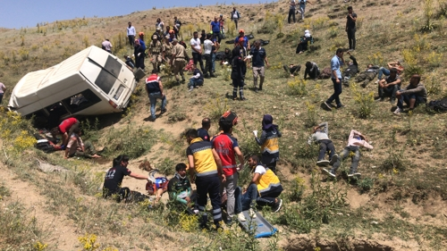 터키서 난민 버스 전복…16명 사망·51명 부상(종합)