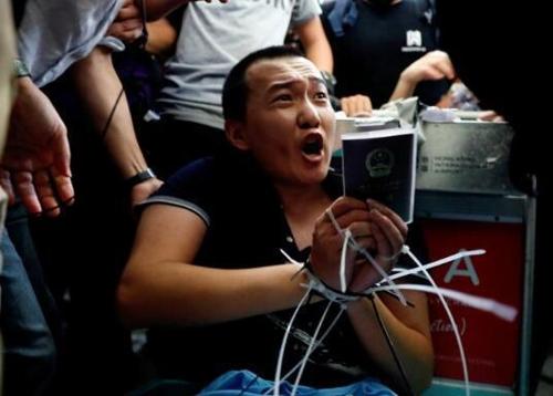 """""""홍콩 시위 취재기자 폭행 10대 피의자 체포"""""""