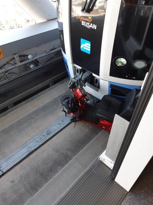 부산 도시철도서 전동휠체어 선로 추락…70대 탑승자 구조