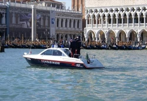 伊 베네치아 강물에 나체로 풍덩…체코인에 벌금 400만원