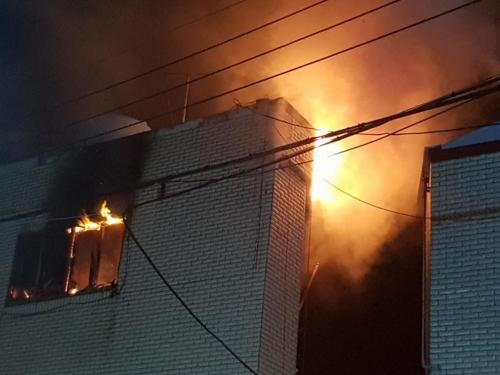 부산 감만동 다세대주택 3층서 불…50대 숨져