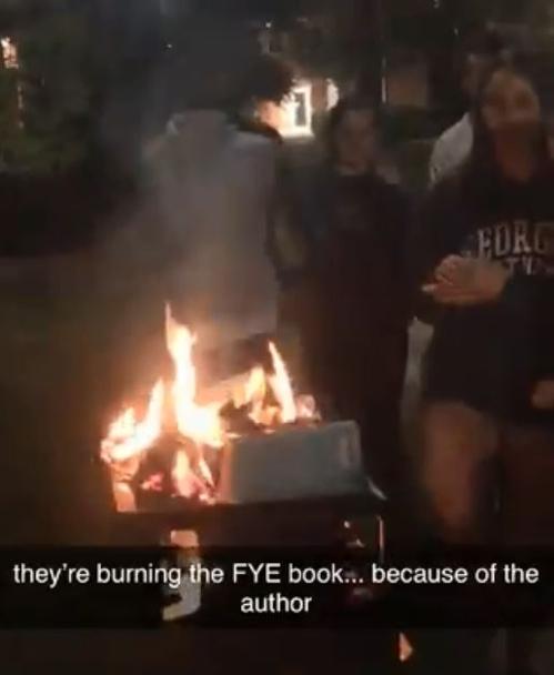 '백인 특권' 꼬집자 美대학생들 분개…쿠바계 강연자 책 불태워