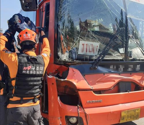 인천서 광역버스-덤프트럭 추돌…승객 3명 부상