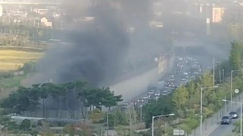 김포 지하차도 트럭서 불…차량 통제로 일대 정체