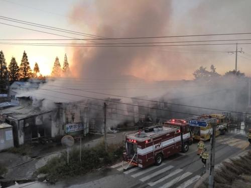 김제 물류 공장서 불…2억5천여만원 피해