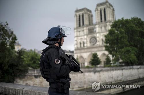 佛 노트르담대성당 폭탄테러 기도 여성들, 25년·30년 징역형