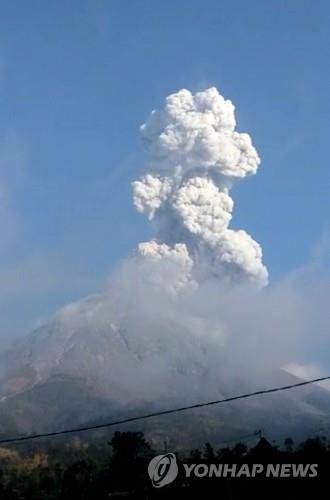 인도네시아 족자카르타 므라피 화산 분화…화산재 3㎞ 솟아
