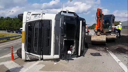청주 중부고속도로서 화물차 넘어져…분쇄 폐타이어 '와르르'