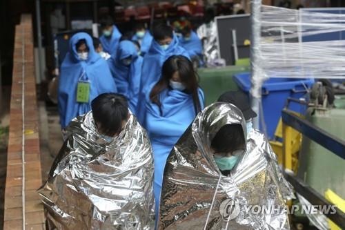 """홍콩 경찰, '시위대 보루' 이공대 고사작전…""""600명 나와""""(종합)"""