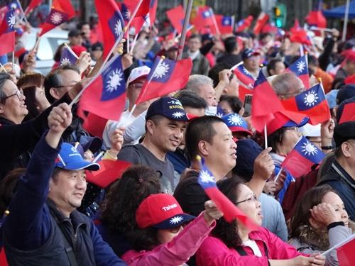 [르포] 차이잉원 보란듯 대만 총통부 앞 집결한 수십만 한궈위 지지자들