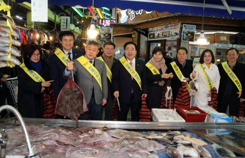 [지방정가 브리핑] 전북도의회 전통시장서 설 장보기