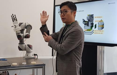 '달걀 옮기고 피아노 치고'…사람 손 닮은 로봇 손 개발