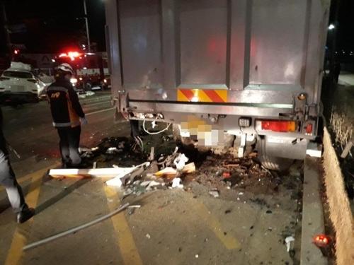 군인 2명 탄 승용차 김포 갓길 주차한 트럭 추돌…2명 사상(종합)