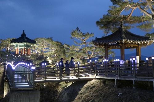 [카메라뉴스] 금강 배경으로 '달빛 산책'하는 충북 영동 강선대