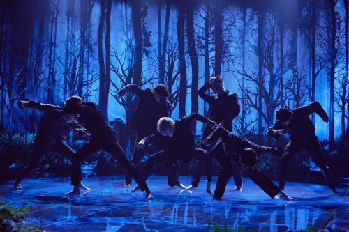 방탄소년단, 미국서 '블랙스완' 첫무대…맨발 퍼포먼스