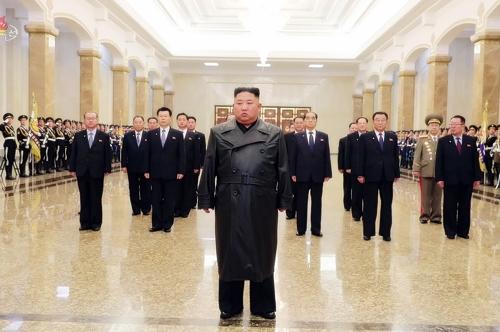 김정은, 김정일 생일에 금수산 참배…코로나에 수행단 '최소화'(종합2보)