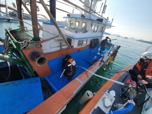삼천포 해상 조개잡이 선박서 화재…승선원 2명 구조
