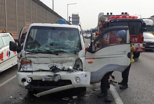 경인고속도로서 트럭 등 3대 추돌…60대 운전자 부상