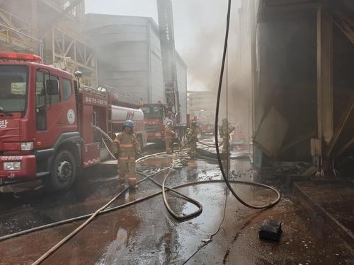진천 목재 연료 공장서 집진시설 폭발로 화재…인명 피해 없어
